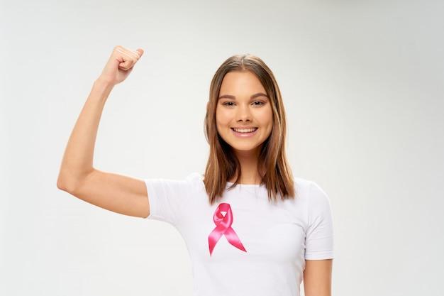 彼女の手、乳がんの日、女性の臓器がん、がんの日でリボンを持つ女性