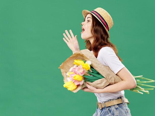 Женщина позирует с букетом цветов, женский день