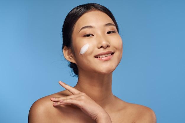 アジアの女性の美しさの肖像画の顔のスキンケア