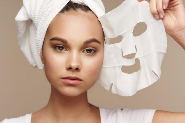 フェイスマスク、スキンケアの少女の肖像画
