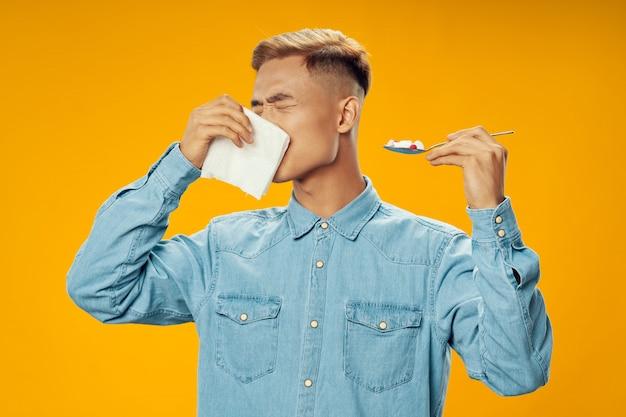 アジア人の彼の鼻をかむと、薬を飲んで、病気