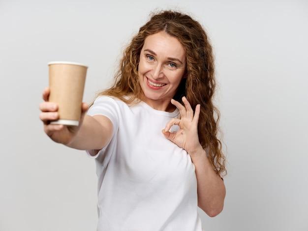 コーヒーカップと大人の女性の肖像画