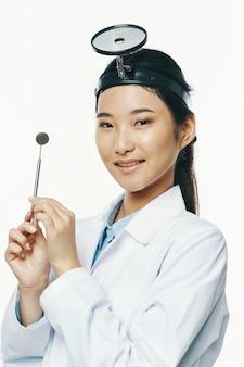 アジアの女性医師のポーズ