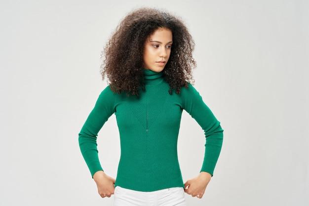 Женщина афроамериканец в футболке позирует