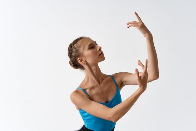 光にバレエを踊る女性バレリーナ