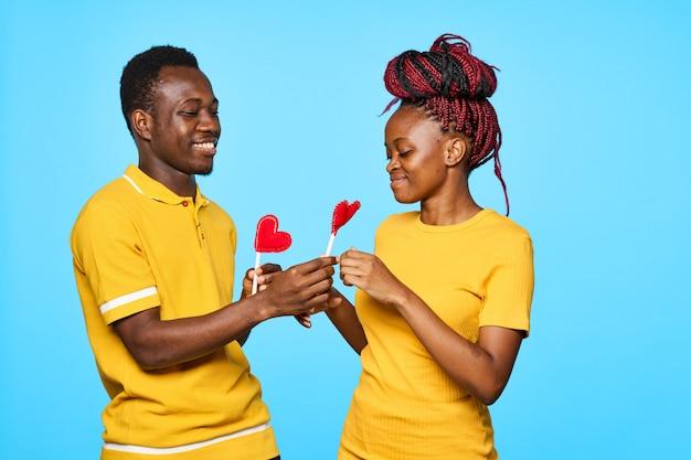 Афро-американский мужчина и женщина позирует
