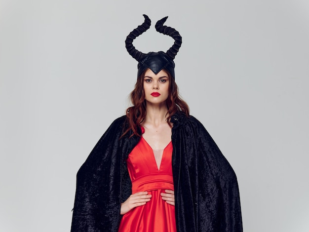 Женщина со злобными рогами