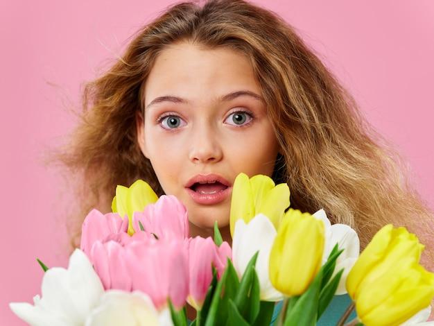 母の日、花でポーズをとる子供、女性の日と母の日への贈り物