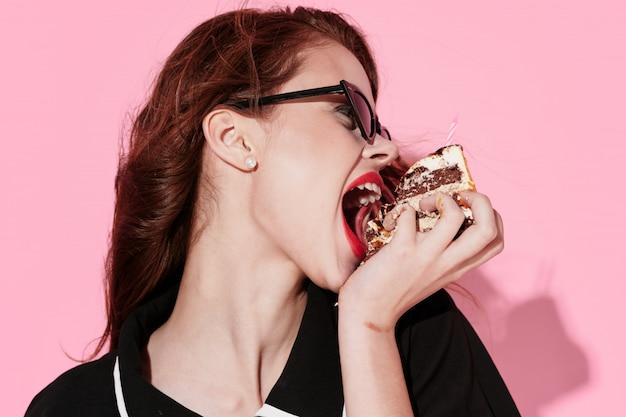 ケーキ、スタイル、ファッション、ヴィンテージを食べる女性