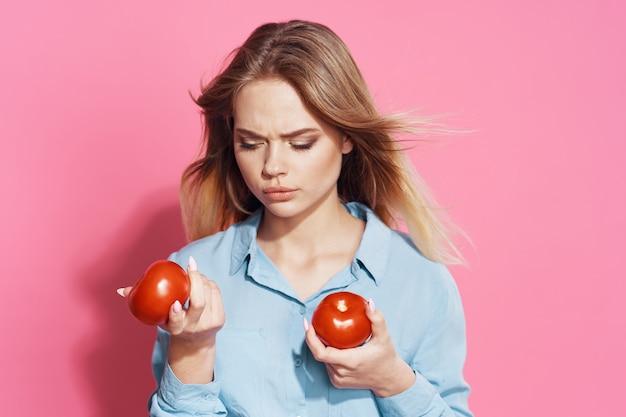 手にトマトを持つ女性