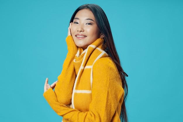Азиатская модель представляя женщину