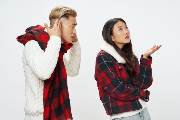 Азиатская женщина и мужчина пара с зимней одеждой