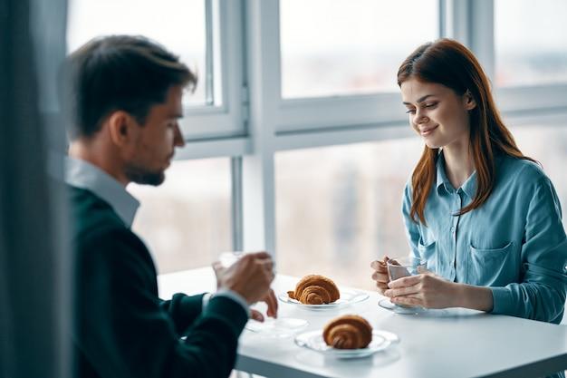 Мужчина и женщина завтракают вместе, бизнес-завтрак, пара завтрак