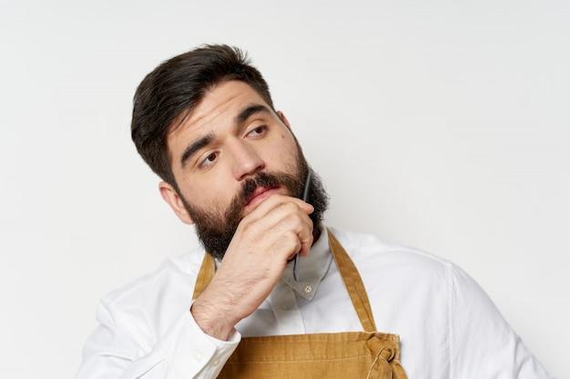 Мужской парикмахер и парикмахерская позирует