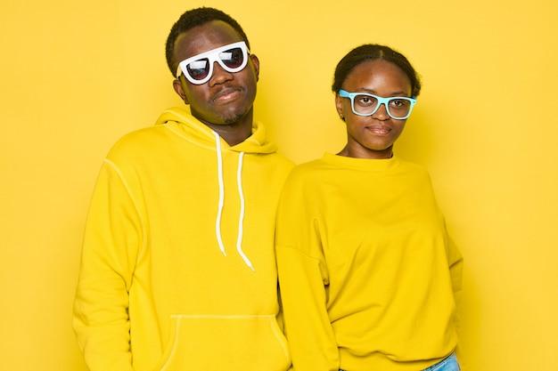 黒人男性と女性は黄色の服をカップルします。