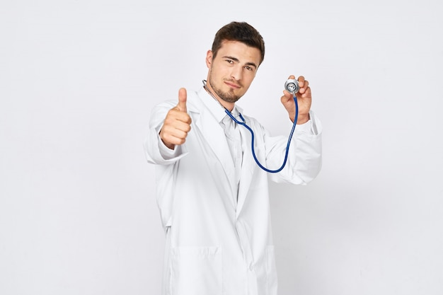 Молодой мужской доктор в костюме доктора представляя