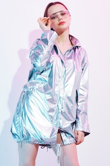 光沢のあるジャケットのスタイリッシュな女性