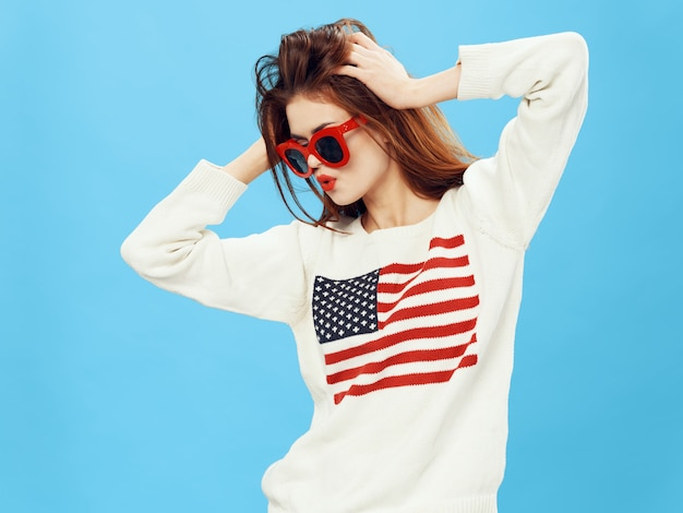 Мода женщина в свитер с флагом америки.