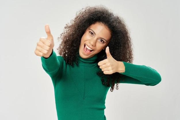 Афро-американских женщина с недурно жест