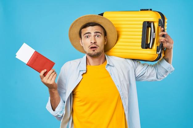 スーツケースとパスポートを持つ男と女の旅行者