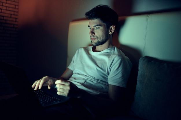 Мужчина работает на ноутбуке в постели, любимая женщина спит, ночная работа, измена