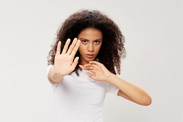 手で停止ジェスチャーをしているアフリカ系アメリカ人の女性
