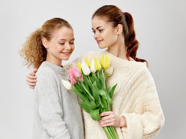 母と娘、チューリップの花束、母の日コンセプト