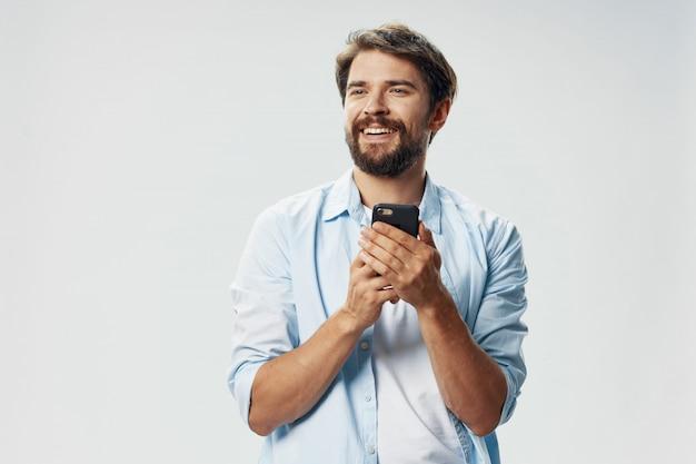 電話でひげとハンサムな男性モデル