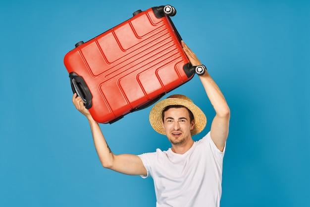 休暇に行く準備ができているスーツケースを持つ男性旅行者