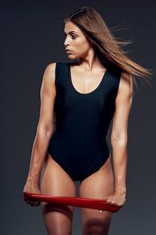 女性の美しい体の運動選手、膨らんだ体