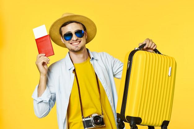 スーツケースを持つ男性旅行者