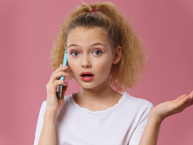 携帯電話で話している若い女の子