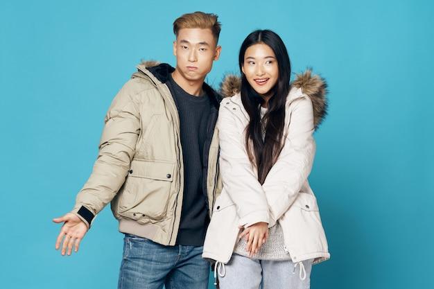 アジアの女性と男性のカップルが一緒にポーズ