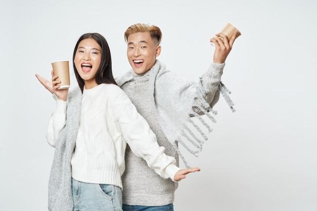 アジアの女性と男性が一緒にモデルのポーズ