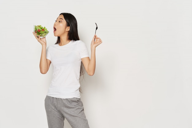 Азиатская женщина с продуктами