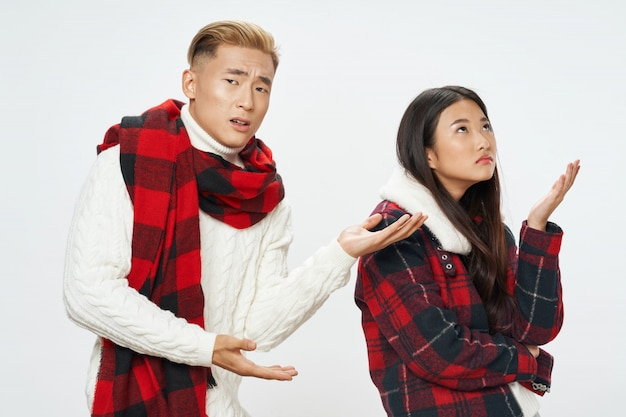 Азиатская женщина и мужчина на ярком цветном фоне позирует модель вместе