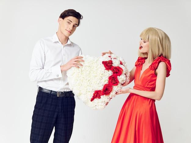 男と美しいドレスを着た女性は、休日のカップル、美しい人々を抱擁します。