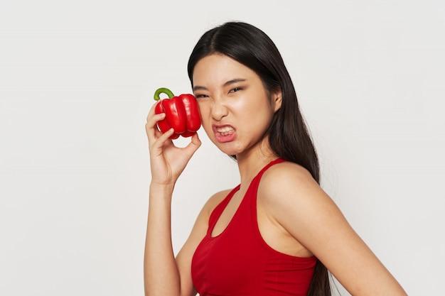 Азиатская женщина с перцем