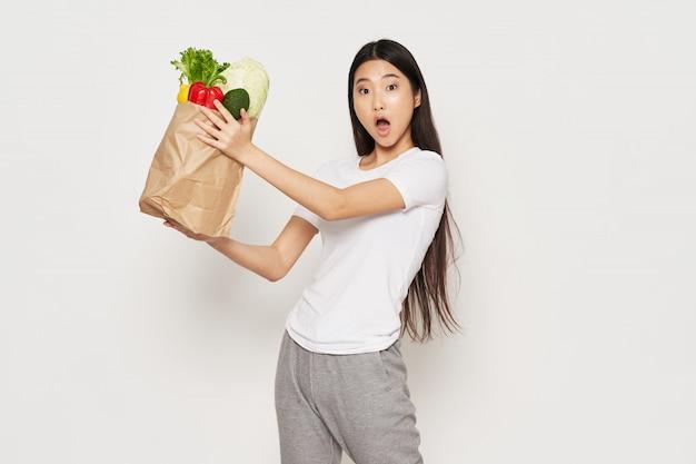 Азиатка купила здоровую еду