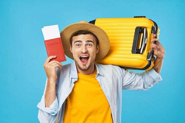スーツケース、着色された表面、喜び、パスポートを持つ男と女の旅行者