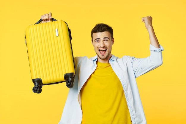 スーツケース、着色された表面、喜び、パスポートを持つ男性旅行者