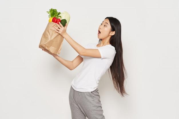 Азиатка со здоровой едой в сумке
