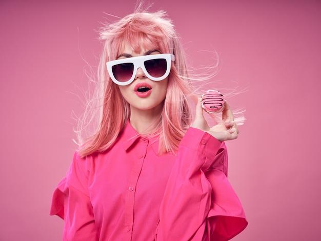 ピンクのかつら、ピンクの壁の服の女性