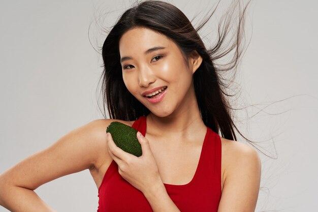 Азиатская женщина с авокадо