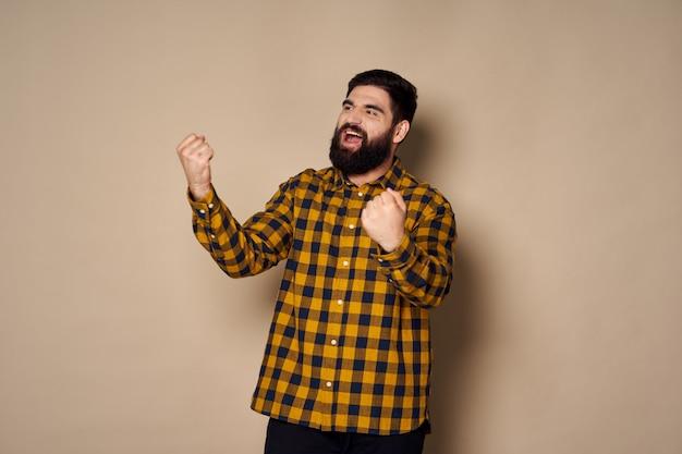 スタジオでポーズをとるひげを持つ男。