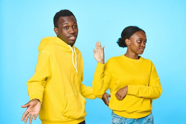Африканская пара в желтой толстовке с капюшоном