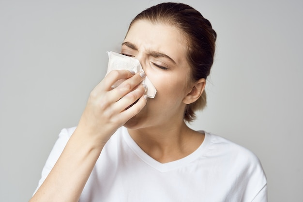 女性のハンカチ、インフルエンザ、鼻水鼻の肖像画