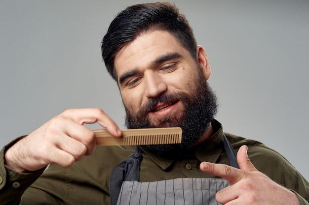 男性美容師と理髪店のポーズ