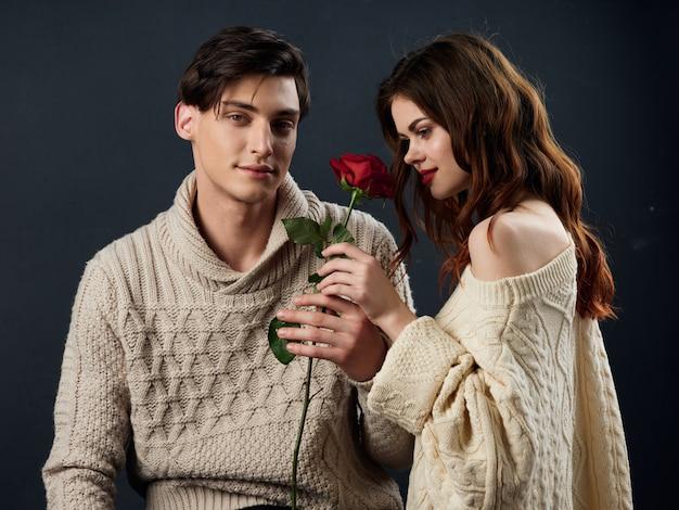 スタイリッシュな若いカップルの男性と女性、性的関係、モデルのカップル、暗い空間