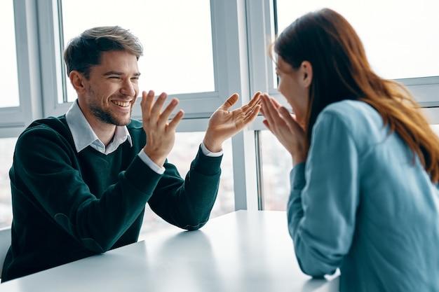 男と女がテーブルに座って話し、お互いに口論し、本当の口論、家事問題